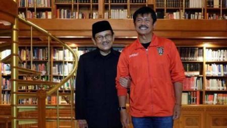 BJ Habibie (kiri) dan asisten pelatih Timnas Indonesia U-23, Indra Sjafri (kanan). - INDOSPORT