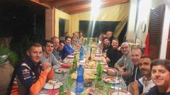 Indosport - Tim Repsol Honda bersama Jorge Lorenzo makan bareng dengan nuansa di Restoran Sunda