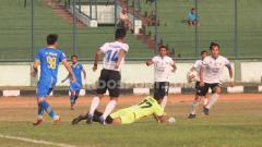 Indosport - Penjaga gawang Aceh Babel United, Gianluca Pagliuca Rossy memblok bola saat pertandingan Liga 2 2019 menghadapi Blitar Bandung United di Stadion Siliwangi, Kota Bandung, Kamis (12/09/2019).
