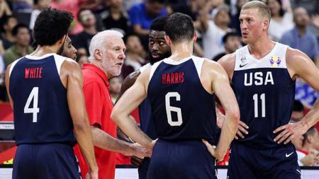 Tim Amerika Serikat di FIBA World Cup 2019 mendapat arahan dari pelatih mereka, Gregg Popovich (merah) - INDOSPORT