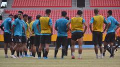 Indosport - Pemain Sriwijaya FC mendapatkan arahan dari Pelatih Kepala Sriwijaya FC Kas Hartadi usai latihan.