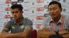 Indosport - Pelatih PSCS Cilacap, Djoko Susilo (kanan) didampingi pemainnya, M. Ridho, usai pertandingan lawan PSMS Medan.