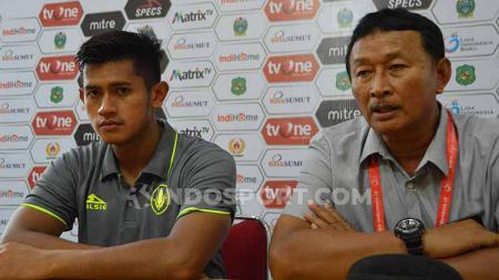 Pelatih PSCS Cilacap, Djoko Susilo (kanan) didampingi pemainnya, M. Ridho, usai pertandingan lawan PSMS Medan. - INDOSPORT