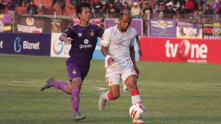 Ugik Sugiyanto (kanan) beradu sprint dengan bek Persik Kediri, Risna Prahalabenta dalam laga di Stadion Brawijaya, beberapa waktu lalu. - INDOSPORT