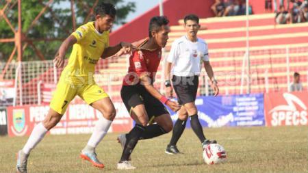 Pemain Persibat dan Perserang Saling Berebut Bola pada Laga Liga 2 Pekan ke-16. (Foto: Alvin Syaptia Pratama/INDOSPORT). - INDOSPORT