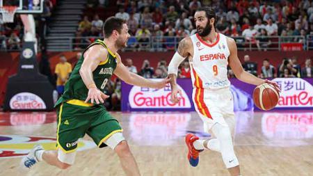 Salah satu pemain Spanyol, Ricky Rubio (kanan) mencoba untuk melewati hadangan pemain Australia, Matthew Dellavedova di semifinal FIBA World Cup 2019. - INDOSPORT