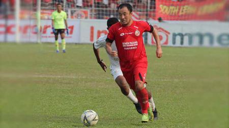 Gelandang Semen Padang, Yo Hyun-koo, dalam laga kontra PSS Sleman, Jumat (13/9/19). - INDOSPORT