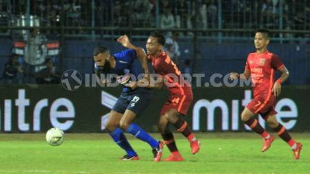 Sylvano Comvalius mendapat cacian setelah gagal mengeksekusi penalti di laga Shopee Liga 1 2019 antara Arema FC vs Borneo FC di Stadion Kanjuruhan. - INDOSPORT