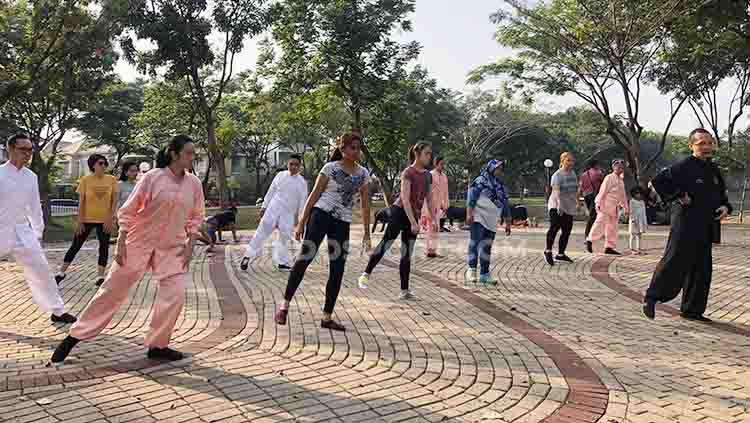 Peringati World Health Qigong Day, Remanlay Institute bersama Dr. Tan gelar pelatihan Wu Qin Xi jenis Qigong yang bertempat di Discovery Park, Bintaro, Tangerang Selatan, pada Sabtu (14/09/19). Copyright: Muhammad Harris Muda/INDOSPORT