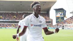 Indosport - Tammy Abraham merayakan gol pada laga Wolves vs Chelsea, Sabtu (14/09/19) WIB, di Molineux Stadium.