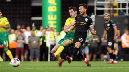 David Silva tengah mengoper bola di laga Norwich vs Manchester City, Sabtu (14/09/19). - INDOSPORT