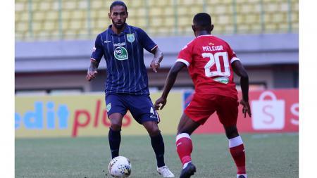 Bek Persela Lamongan, Demerson Bruno Costa dalam laga kontra Perseru Badak Lampung FC, Rabu (11/9/19). - INDOSPORT