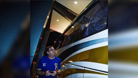 Pelatih Robert Rene Alberts melihat kaca bus Persib Bandung pecah karena oknum suporter. - INDOSPORT