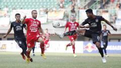 Indosport - Joan Tomas berusaha merebut bola dari pemain PSIS Semarang.
