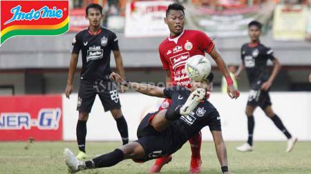 Duel udara pemain Persija Jakarta vs PSIS Semarang pada pertandingan Liga 1 di Stadion Patriot Bekasi, Minggu (15/09/19). - INDOSPORT