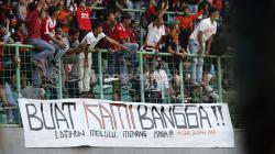 Suporter Persija Jakarta memberikan dukungan pada pemain Persija Jakarta pada pertandingan Liga 1 di Stadion Patriot Bekasi, Minggu (15/09/19).