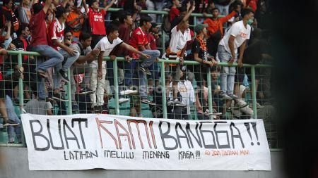 Suporter Persija Jakarta memberikan dukungan pada pemain Persija Jakarta pada pertandingan Liga 1 di Stadion Patriot Bekasi, Minggu (15/09/19). - INDOSPORT