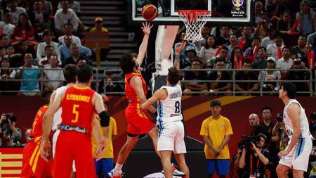 Pemain basket Spanyol Sergio Llull mendapat hadangan dari pemain basket Argentina Nicolas, Piala Dunia 2019 FIBA antara Argentina dan Spanyol di Beijing, Cina, (15/09/19). - INDOSPORT