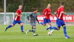 Indosport - Egy Maunala Vikri saat menguasai bola dalam pertandingan yang dimenangkan Lechia Gdansk II dengan skor 11-0.