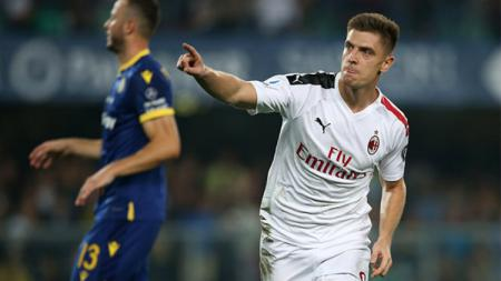 Manchester United tengah memantau bomber AC Milan, Krzysztof Piatek, untuk didatangkan pada bursa transfer musim dingin 2020. - INDOSPORT
