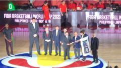Indosport - Erick Thohir sebagai anggota FIBA Central Board dan IOC didampingi Ketua PB Perbasi Danny Kosasih menerima bendera FIBA