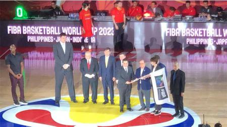 Erick Thohir sebagai anggota FIBA Central Board dan IOC didampingi Ketua PB Perbasi Danny Kosasih menerima bendera FIBA - INDOSPORT
