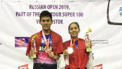 Indosport - Adnan Maulana/Mychelle Chrystine Bandaso (Indonesia) saat keluar sebagai juara ganda campuran Russia Open 2019. (Foto: PBSI)