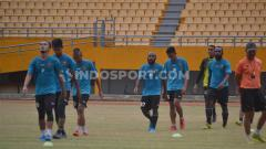 Indosport - Penggawa Sriwijaya FC melakukan pendindinginan dalam sesi latihan