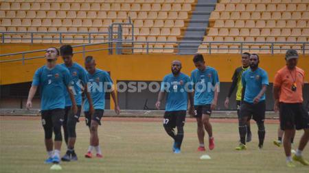 Penggawa Sriwijaya FC melakukan pendindinginan dalam sesi latihan - INDOSPORT