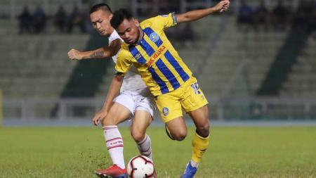 Pemain Pahang FA, Saddil Ramdani berusaha menggagalkan lawan. - INDOSPORT