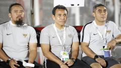 Indosport - Pelatih Timnas Indonesia U-16 Bima Sakti (tengah) dapat pesan dari Shin Tae-yong.