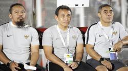Pelatih Timnas Indonesia U-16 Bima Sakti (tengah) dapat pesan dari Shin Tae-yong.