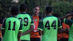 Indosport - Wolfgang Pikal memimpin latihan Persebaya di lapangan Polda Jatim, Senin (16/09/19).