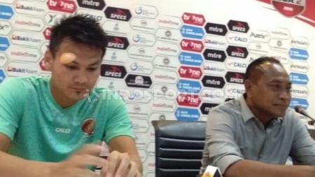 Pelatih Sriwjaya FC, Kas Hartadi dan Bobby Satria saat melakukan konferensi pers usai laga melawan PSPS Riau. - INDOSPORT
