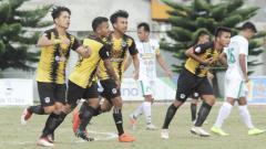 Indosport - Tanjungbalai United (baju kuning hitam) saat bersua PS Keluarga USU (baju putih) pada laga perdana pool F putaran kedua Liga 3 Sumut 2019 di Stadion Samura, Kabanjahe, Senin (16/9/2019).