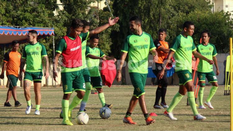 Pemain Persebaya saat latihan di Lapangan Polda Jatim, Senin (16/09/19). Copyright: Fitra Herdian Ariestianto/INDOSPORT