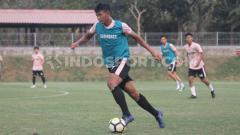 Indosport - Striker muda PSS Sleman, Saddam Emirudin saat berlatih di Lapangan Universitas Islam Indonesia, Sleman, Senin (16/09/19). Foto: Ronald Seger Prabowo/INDOSPORT