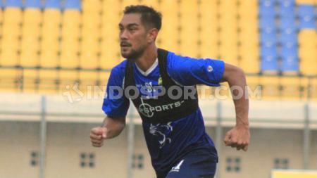 Omid Nazari, sosoknya bisa dibilang ibarat Anrdrea Pirlo versi Filipina yang kini jadi roh permainan lini tengah klub Persib Bandung. - INDOSPORT