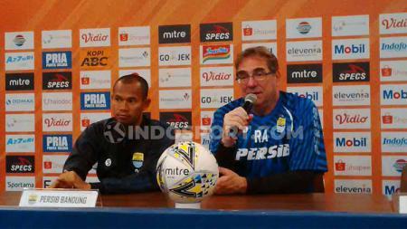 Pelatih Persib Bandung, Robert Rene Alberts (kanan) ditemani pemainnya Supardi Nasir saat konferensi pers di Graha Persib, Jalan Sulanjana, Kota Bandung, Selasa (17/09/2019). - INDOSPORT