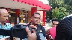 Indosport - Sekretaris Asprov PSSI Jateng, Purwidyastanto memberikan keterangan kepada awak media usai delegasi FIFA mengunjungi Stadion Manahan, Solo, Selasa (17/09/19).