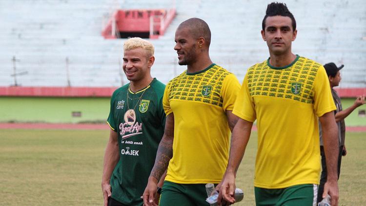Trio pemain Brasil usai latihan Persebaya di Stadion Gelora Delta, Sidoarjo. Selasa (17/9/19). Copyright: Fitra Herdian/INDOSPORT
