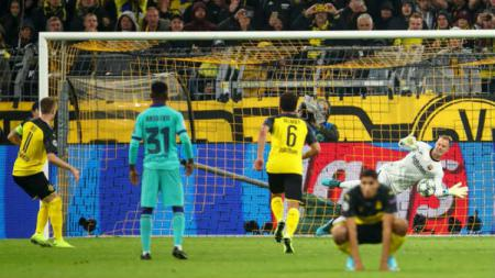 Penyelamatan penalti kiper Barcelona, Ter Stegen, di laga melawan Dortmund pada match day 1 Liga Champions 2019/20 Grup F, Rabu (18/09/19) dini hari WIB. - INDOSPORT