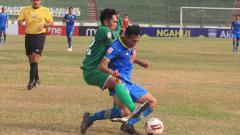 Indosport - Stiker Blitar Bandung United, Muchlis Hadi Ning Syaifulloh mendapat pengawalan ketat dari pemain PSMS Medan saat pertandingan Liga 2 2019 di Stadion Siliwangi, Kota Bandung, Selasa (17/09/2019).