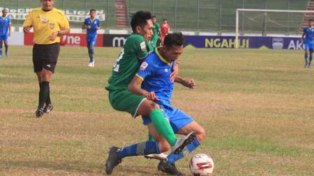 Stiker Blitar Bandung United, Muchlis Hadi Ning Syaifulloh mendapat pengawalan ketat dari pemain PSMS Medan saat pertandingan Liga 2 2019 di Stadion Siliwangi, Kota Bandung, Selasa (17/09/2019). - INDOSPORT