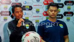 Indosport - Penjaga gawang Blitar Bandung United, Ade Candra Sena (kanan) saat konferensi pers di Stadion Siliwangi, Kota Bandung, Selasa (17/09/2019).