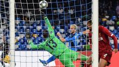 Indosport - Momen Adrian menghempaskan bola hasil penempatan yang sulit dari Dries Mertens