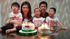 Indosport - Hendra Setiawan bersama sang istri, Sansan, dan ketiga anaknya.