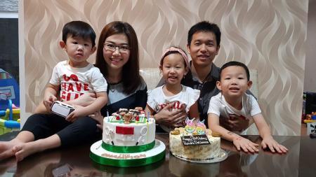 Sandiani Arief bersama suaminya, Hendra Setiawan, dan ketiga anaknya. - INDOSPORT