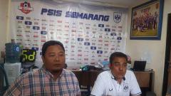 Indosport - General Manager PSIS Wahyu Winarto bersama Ketua Panpel Ferdinand Hindiarto saat jumpa pers di kantor klub.