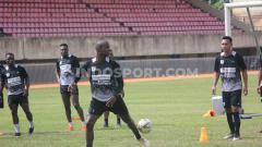 Indosport - Bek Persipura Asal Brasil, Andre Ribeiro saat menjalani latihan bersama rekan-rekannya.